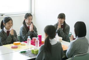お弁当を前に手を合わせる中学生の写真素材 [FYI04544917]