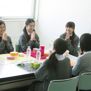 お弁当を前に手を合わせる中学生の写真素材 [FYI04544918]