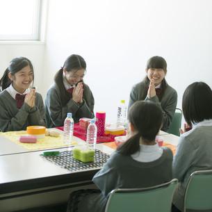 お弁当を前に手を合わせる中学生の写真素材 [FYI04544919]