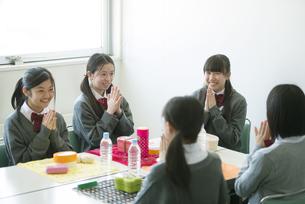 お弁当を前に手を合わせる中学生の写真素材 [FYI04544921]