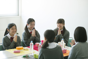 お弁当を前に手を合わせる中学生の写真素材 [FYI04544922]