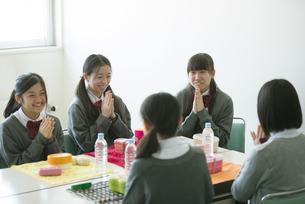 お弁当を前に手を合わせる中学生の写真素材 [FYI04544923]