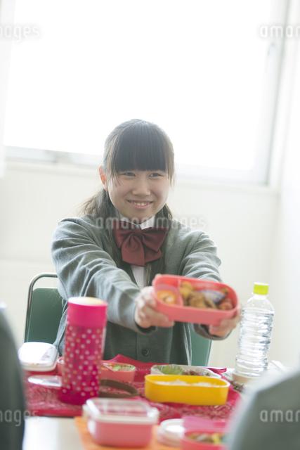 お弁当を見せる中学生の写真素材 [FYI04544926]