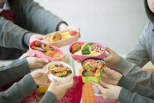お弁当を持つ中学生の手元の写真素材 [FYI04544931]