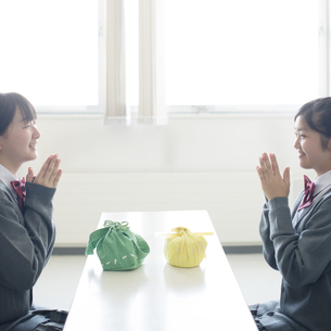お弁当を前に手を合わせる中学生の写真素材 [FYI04544947]