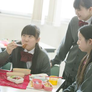 お弁当を食べる中学生の写真素材 [FYI04544951]