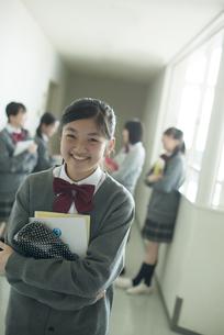 廊下で微笑む中学生の写真素材 [FYI04544955]