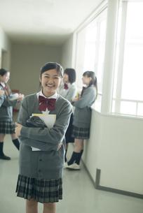 廊下で微笑む中学生の写真素材 [FYI04544956]