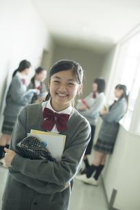 廊下で微笑む中学生の写真素材 [FYI04544958]