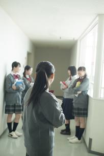廊下で振り向く中学生の写真素材 [FYI04544961]