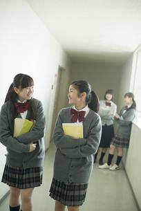 廊下を歩く中学生の写真素材 [FYI04544966]