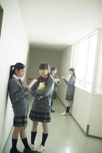 廊下で談笑をする中学生の写真素材 [FYI04544973]