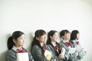 一列に並ぶ中学生の写真素材 [FYI04544983]