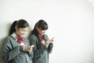 スマートフォンを操作する中学生の写真素材 [FYI04544985]