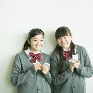 スマートフォンを操作する中学生の写真素材 [FYI04544996]