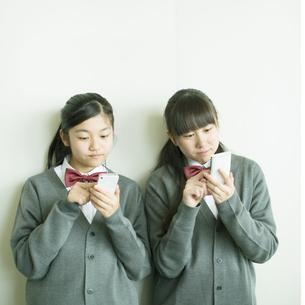 スマートフォンを操作する中学生の写真素材 [FYI04544997]