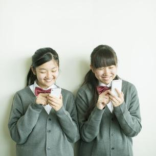 スマートフォンを操作する中学生の写真素材 [FYI04544999]