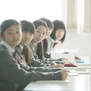 教室で微笑む中学生の写真素材 [FYI04545006]