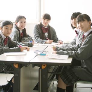 グループ学習をする中学生の写真素材 [FYI04545011]