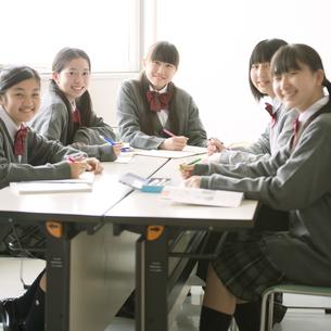 グループ学習をする中学生の写真素材 [FYI04545013]