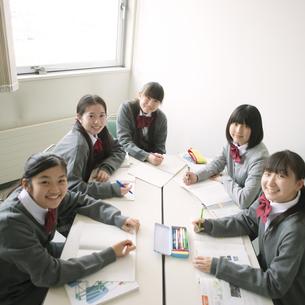 グループ学習をする中学生の写真素材 [FYI04545019]