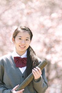桜の前で微笑む中学生の写真素材 [FYI04545305]