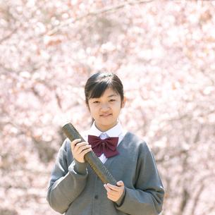 桜の前で微笑む中学生の写真素材 [FYI04545315]
