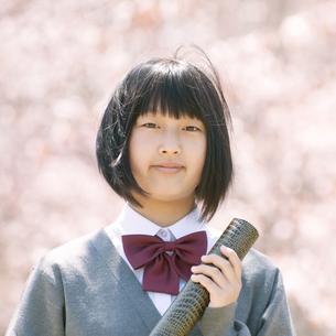 桜の前で微笑む中学生の写真素材 [FYI04545325]