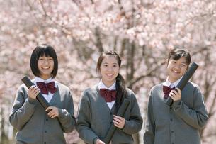 桜の前で微笑む中学生の写真素材 [FYI04545330]