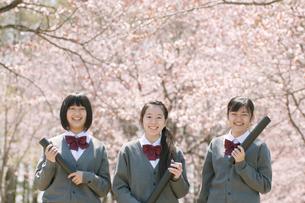 桜の前で微笑む中学生の写真素材 [FYI04545332]