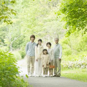 新緑の中で微笑む3世代家族の写真素材 [FYI04545365]