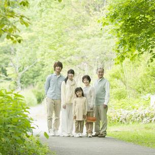 新緑の中で微笑む3世代家族の写真素材 [FYI04545366]