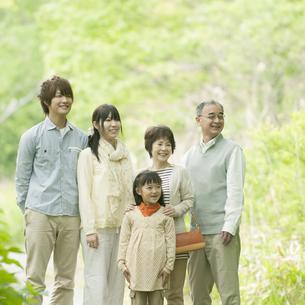 新緑の中で微笑む3世代家族の写真素材 [FYI04545367]