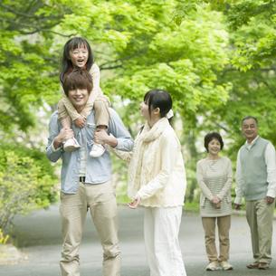 新緑の中を歩く3世代家族の写真素材 [FYI04545412]