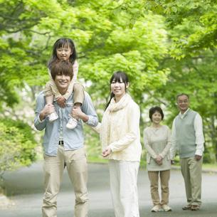 新緑の中を歩く3世代家族の写真素材 [FYI04545414]