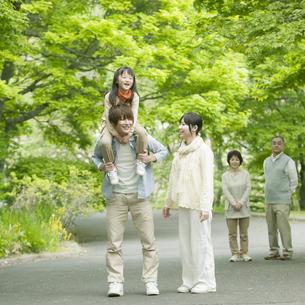 新緑の中を歩く3世代家族の写真素材 [FYI04545415]