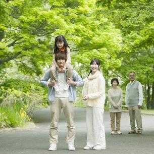 新緑の中を歩く3世代家族の写真素材 [FYI04545416]