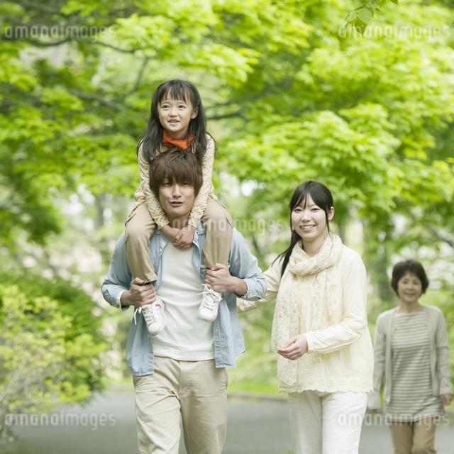 新緑の中を歩く3世代家族の写真素材 [FYI04545418]