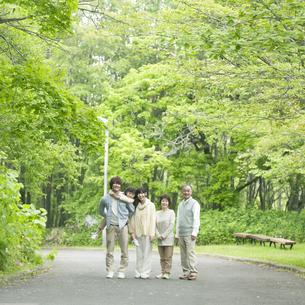 新緑の中で微笑む3世代家族の写真素材 [FYI04545446]