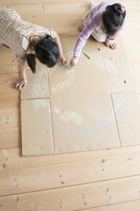 段ボールに地球の絵を描く子供たちのイラスト素材 [FYI04545459]