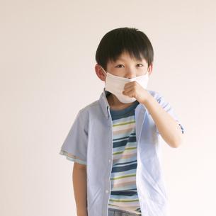 マスクをして咳をする男の子の写真素材 [FYI04545478]