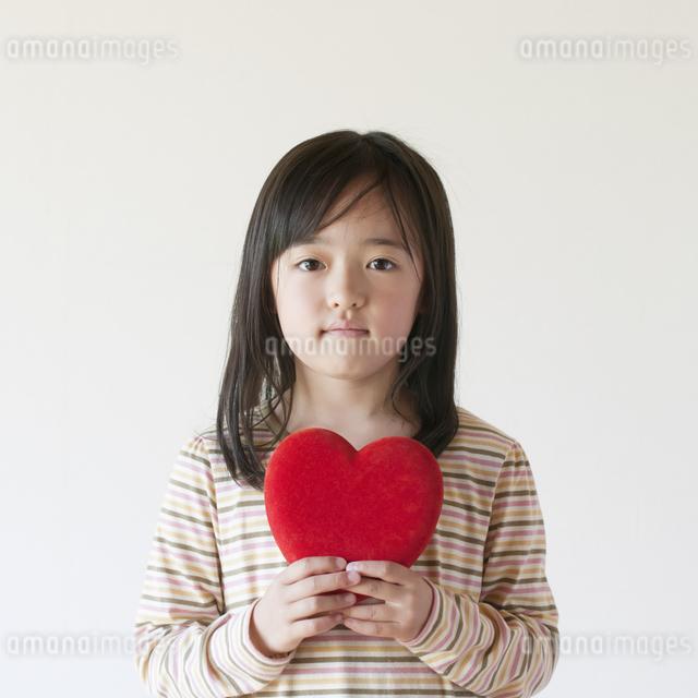 ハートを持つ女の子の写真素材 [FYI04545510]