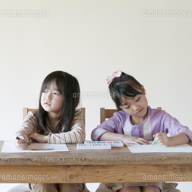 絵を描く2人の女の子のイラスト素材 [FYI04545543]