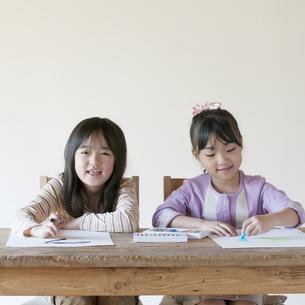 絵を描く2人の女の子のイラスト素材 [FYI04545546]