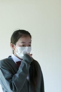 咳をする中学生の写真素材 [FYI04545549]
