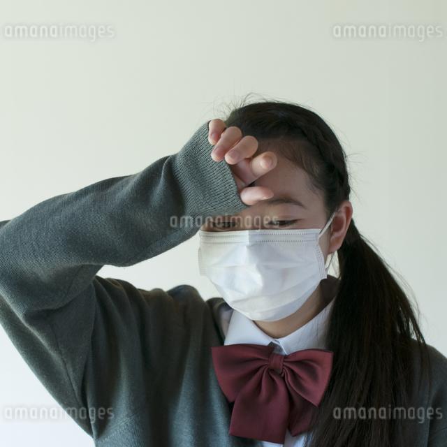 熱がある中学生の写真素材 [FYI04545552]