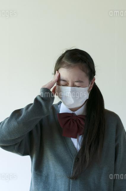 頭痛がする中学生の写真素材 [FYI04545554]