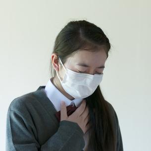 喉が痛い中学生の写真素材 [FYI04545555]