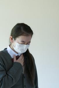 喉が痛い中学生の写真素材 [FYI04545559]