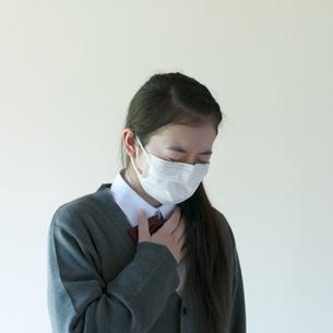 喉が痛い中学生の写真素材 [FYI04545560]